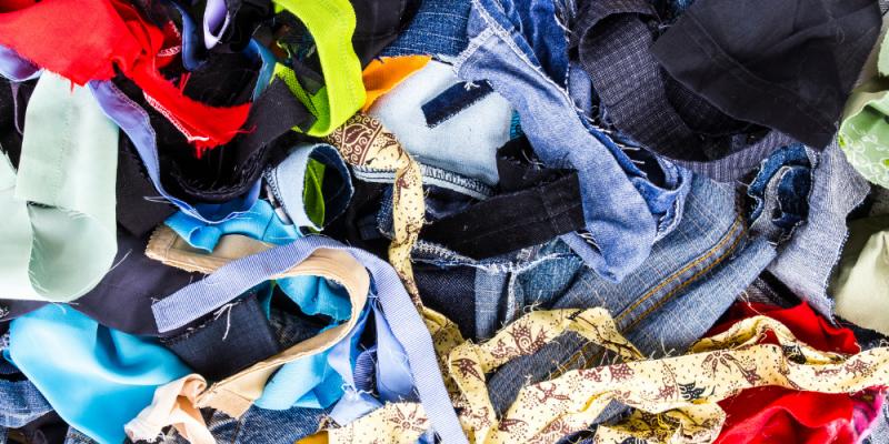 Retalhos de roupas coloridos - incluindo jeans, amarelo, marrom