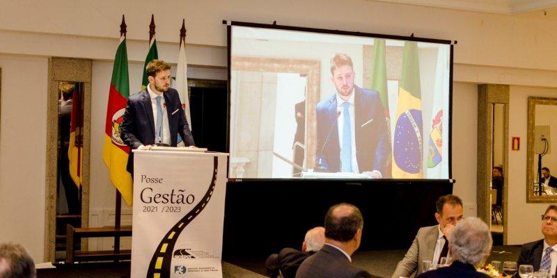 Imagem do presidente do Sicepot em um palco, com microfone