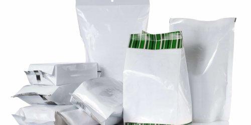 Pacotes plásticos em um fundo branco